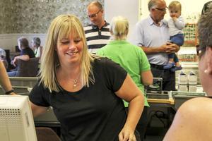 Sandra Sjögren i kassan hade fullt upp på invigningsdagen.