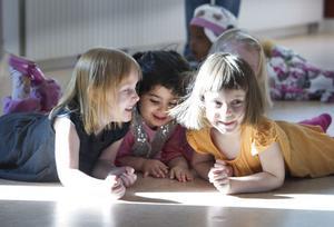 Idéer. Barnen på Norrskensgårdens förskola sprutar ur sig idéer på vilka gäster som kan finnas på ett apkalas. Att vara fiskar är roligt, tycker Ella Larsson, 4 år, Darya Hamed, tre år, och Anni Wennström, tre år.