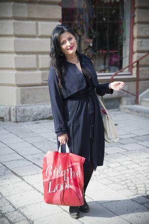 Jag har en ganska feminin stil. Jackan är mörkblå och köpt på H&M. Väskan är en vagabond och den har jag köpt i Italien. När våren börjar komma tycker jag om att klä mig i ljusare kläder, nu syns väl inte det i dag eftersom jag har väldigt mörka kläder på mig trots att vårsolen skiner. Annars tycker jag om färgerna rött och mörkblått.     Amanda Rappe, 16 år, Krokom