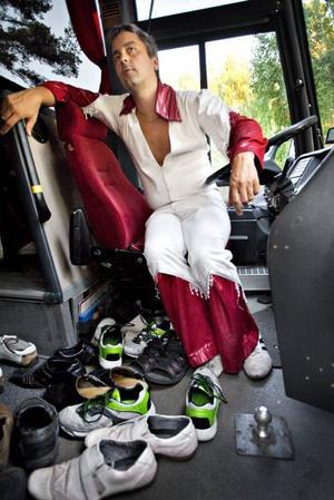 """I turnébussen. Larz-Kristerz vilade ut medan Black Jack spelade. De har turnérat hela sommaren men efter denna vecka väntar lite ledighet.""""Vi är i slutspurten på turnén nu. Vi gör en Norrlandssväng tisdag till lördag, säger trummisen Mikael Eriksson."""