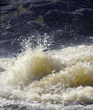 Vattnet gör kaskader i sin färd utför Hylströmmen.