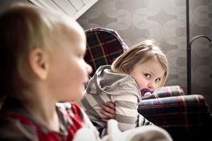 Ida och Emma har tytt sig lika mycket till mamma som pappa redan från det att de var riktigt små.