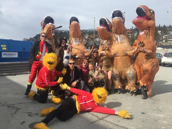 Ett gäng festsugna dinousarier rymde lämnade Jurassic Park för en helg på Vemdalsskalet.