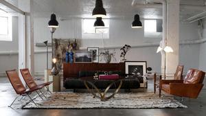 Rätt miljö. Lina och Edin Memic Kjellvertz butik Dusty Deco är inhyst i ett gammalt plåtslageri på Södermalm i Stockholm.