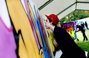 Ojojoj. Dedson är galet skicklig.Snabbtorkar. Anton Hååg hindrar färgen från att rinna ut på målningen. Han var en av tre som graffitibattlade utanför Länsmuseet.