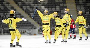 Martin Landström firar ett av sina fyra (!) mål från P20-finalen där Vetlanda slog Edsbyn och vann SM-guld.