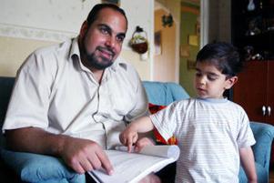 Sonen Ali, 3 år, försöker förstå något av alla de handlingar Hassan Hussein samlat på sig under sin process.