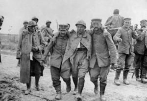 Skadade soldater på västfronten under första världskriget. Paradoxalt nog minskade inkomstklyftorna i världen under de båda världskrigens epok.    AP/TT