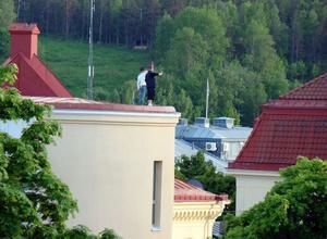 Faxeskolan har blivit en samlingsplats för ungdomar om kvällarna. På taket där pojkarna står är det tio meter ner till backen.