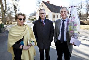 Sandviks informationsdirektör Anders Wallin med hustru Aja och direktören Olof Faxander var bland de första på plats.