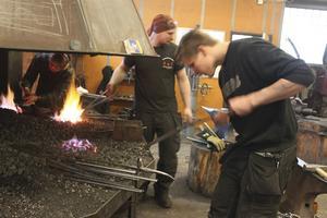 Anders Westin från Klockestrand skär ut läder till en knivslida.
