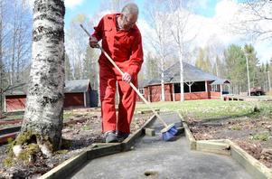 Insats. Jerry Bergman snyggar till minigolfbanan i trädgården när föreningen Old Wheel tillsammans med Ställbergs byalag har en gemensam städdag vid Folkets hus.