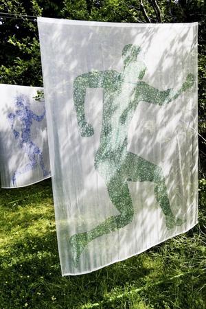 Som på en grekisk urna. Stiliserade siluetter och rörelser på Elisabeth Lindbergs tyger.