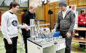 Markus Karlsson, Johan Andersson och Rasmus Johansson går el- och energiprogrammet, och här visar de sin pucksorterare. Foto: Carl Lindblad/DT