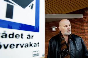 Bengt Eriksson är tillförordnad klinikchef på RPK som är kameraövervakad men patienterna passar på att rymma vid permissioner.