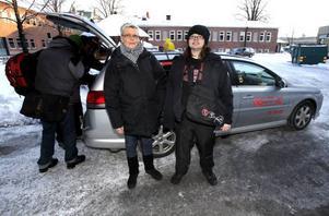 Anna-Carin Härdin och dottern Moa tycker att färdtjänstens beställningscentral fungerar sämre sedan verksamheten flyttades till Estland.