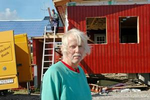 Utbyggnad. Just nu pågår en tillbyggnad av Struscaféet längs gamla E4 utanför Tierp. Byggnaden ägs av Lars Andersson och en del av jobbet görs av Roland Storck.