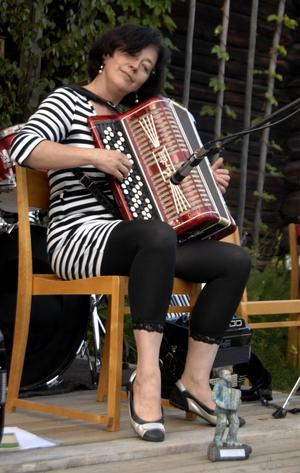 Uppspelning. Anita Agnas, från Falun, spelar upp sedan hon mottagit årets Albinstatyett, i Älvdalen på onsdagskvällen. Foto:Nisse Schmidt