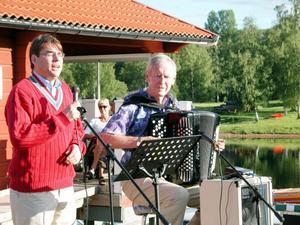 Kyrkoherde John Sund (till vänster) minns sin gode vän och kollega Bertil Larsson som en stor musikprofil och som en musikant av Guds nåde.