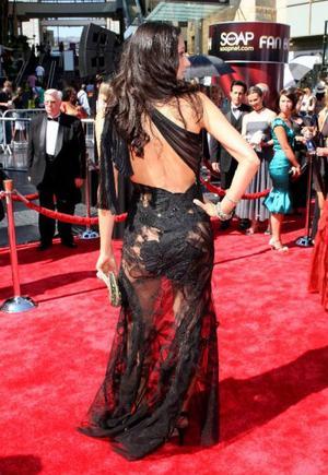 Det där är ingen klänning – utan ett trasigt draperi. Men det visste tyvärr inte aktrisen Raya Meddine, som bar kreationen på sommarens Emmy-gala.