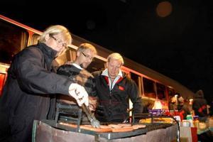 MAT. Ica-handlaren Magnus Wiklund sponsrar med mat. Här får han hjälp med grillningen av Marie Nilsson och Robert Berglin.