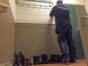 Kvartersvärden Robin Thomsen har hittat otillbörlig placering av sex par skodon.