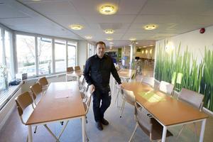 Peter Johansson från Drakfastigheter står i matsalen där det under sportlovet togs prover på fyllnadsmassorna under golvet.