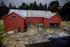 Här i ladugården hittades Tor Öberg och Gerd Wiklund mördade den 2 juni 2005. I andra avsnittet av I brottets spår får lyssnarna veta vilka fynd som gjordes på platsen.