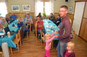 Jonas Buud tar en liten svängom med dottern Elvira under uppvaktningen.