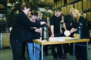Efter att den nya styrelsen hade presenterats för de anställda i lagerhallen serverades det kaffe och EIA-tårtor.
