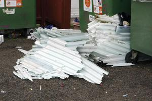 Den här typen av skräp hör inte ens hemma på återvinningsstationen och bör slängas på återvinningscentralen Åkerslund i Ljusdal.