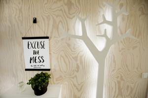 Plywoodskivorna på väggen är målade med vitt dekorvax.