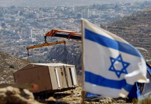 BOSÄTTARE TAR ÖVER. Israelisk polis, med hjälp av bosättare, vräker 50 personer från sina hem i östra Jerusalem. Flera av de vräkta har bott i husen i över 40 år.