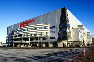 Bygg en B-hall och klä arenan med solpaneler – två av alliansens förslag hur hockeytemplet på Framnäsudden kan utvecklas.