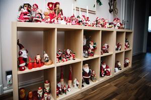 Julbärare. Den här speciella hyllan kommer fram varje jul för att Ankie ska få plats med alla tomtar. Högst upp står alla tomtar som är par. I andra hyllan uppifrån till vänster står gympatomtarna.