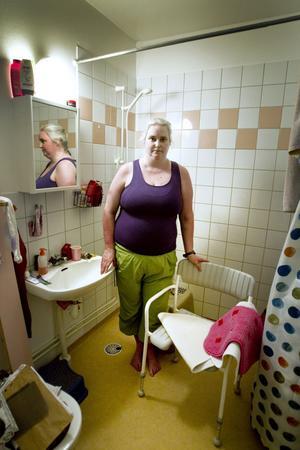 Duschstopp. Anna Karin Olsson bor i ett av husen där varmvattnet innehåller legionellabakterier. De boende avråds nu från att duscha.