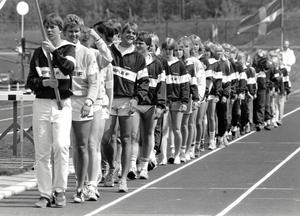 Invigningen gick av stapeln 2 juni 1984. Bland alla friidrottsungdomar som tågade in ser vi Claes Rahm titta fram.