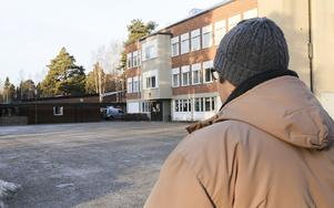 Mikael Andersson på skolgården i Ljusne där livet började ta en annan vändning.