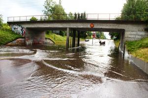 Den stora vattenmängden gör det svårt att ta sig fram under järnvägsviadukten i Sandviken.