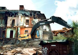En av de få kvarlevorna från det gamla bostadsområdet Ängsgärdet slogs i går omkull av grävmaskinisten Jan Johansson i juli 2002. Pilgatan 31.