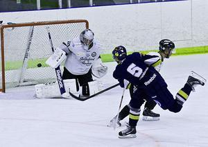 Kramforskillen och Modo-bekantingen, John Westin, pangar här in 1–0 för sitt Sundsvall. Westin manskap vann till slut med 3–0, men Sollefteå stod upp och krigade tappert.