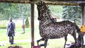 Adeola Balogun har bland annat skapat en häst av hästskor. Han ställer ut sin konst tillsammans med kollegan Alimi Adewale. Utställningen pågår till och med 27 september.