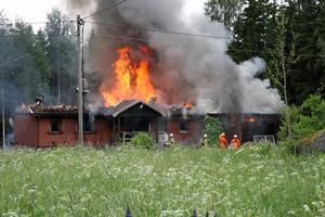 En Villa i Strömtorp totalförstördes vid en brand som utbröt 11.10 på söndagsförmiddagen. Villan var övertänd när Räddningtjänsten från Degerfors och Karlskoga kom till platsen.