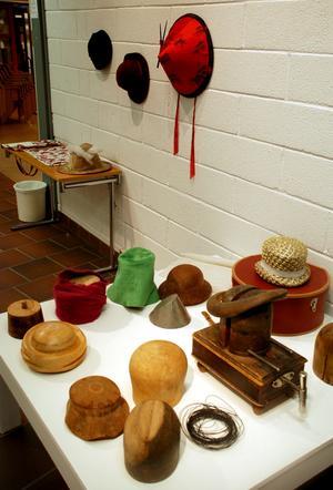 Hattmakerskan eller modisten Sigun Arvidsson visar hattar och föremål som använts och används vid hatttillverkning.