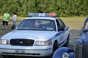 Police. En amerikansk polisbil dök det också upp.