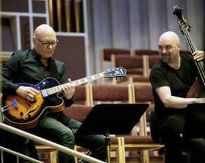 Helt otippat rev världsbasisten Dan Berglund från Pilis av ett gitarrsolo medan kollegan Lars Eriksson (t h) skötte basen i ett av numren.