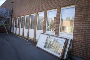 Nya fönster har monterats på byggnaden.