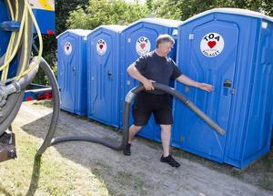 """Skitgöra. Företagaren Thomas Nilsson tömmer bajjamajjorna på Mälar-campingen för 15:e året. """"Power Meet är en av de renaste tillställningarna jag har att göra med"""", säger han."""