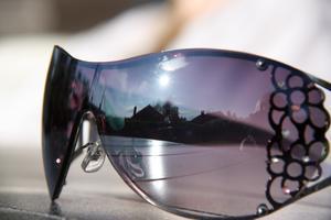 Satt ute och såg hur fint det kunde spegla sig i solglasögonen som låg på bordet.