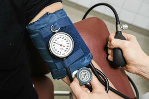 Ökad förskrivning av rätt blodtryckssänkande medicin skulle kunna rädda många liv i Västernorrland varje år, skriver debattförfattarna.